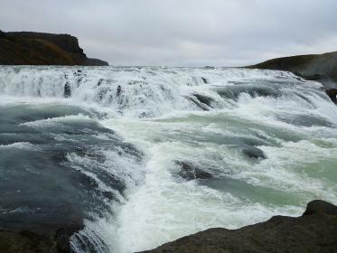 アイスランド・ゴールデンサークルにて水飛沫をあげる雄大なグトルフォスの滝