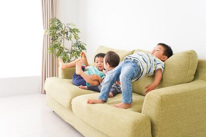 家で楽しく遊ぶ子どもたち