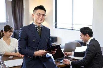 アジア人とラテン人の英会話ミーティングで笑顔の男性