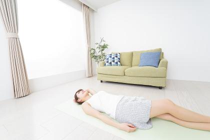 自宅でヨガをする女性