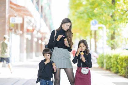 アイスクリームを食べる親子