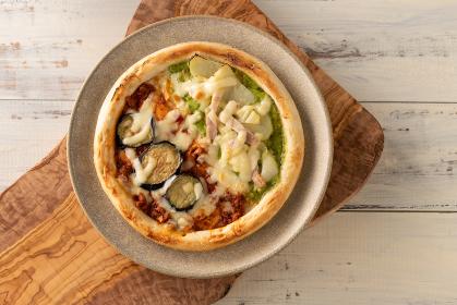 俯瞰撮影されたハーフ&ハーフのピザ