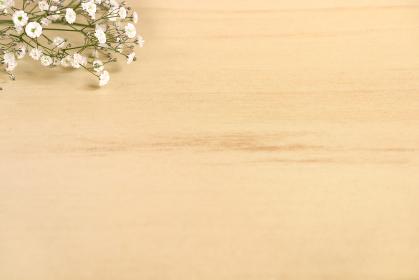 机に置かれたカスミソウの花束 5