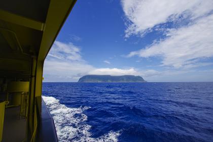 太平洋を進む客船からみる御蔵島