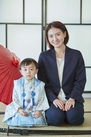 和傘と七五三の日本人親子