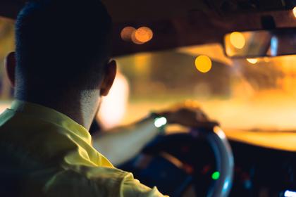 夜を走るタクシーの車内