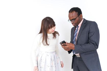 外国人のビジネスパーソンを助ける女性
