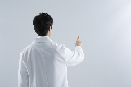 指をさす白衣の男性 スタジオ撮影
