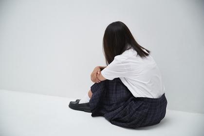 顔を伏せる日本人中学生