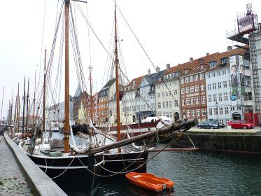 デンマーク・コペンハーゲンのニューハウン地区にて運河沿いに停泊する複数のヨット