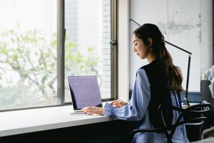 働く女性(自宅・テレワーク・オフィス)