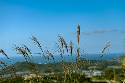 秋の川棚温泉と青空の日本海