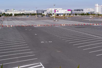 ショッピングモールと駐車場