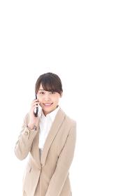 電話をする若いビジネスウーマン