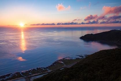 沖縄県・久米島 朝日が昇る夏の海の風景