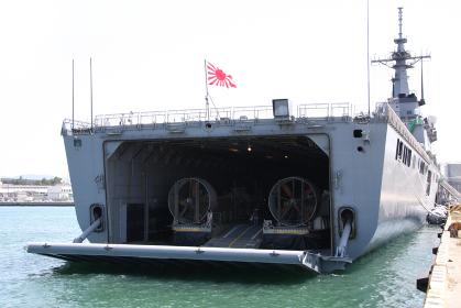 海上自衛隊の輸送艦LST4002「しもきた」後部ランプ外観