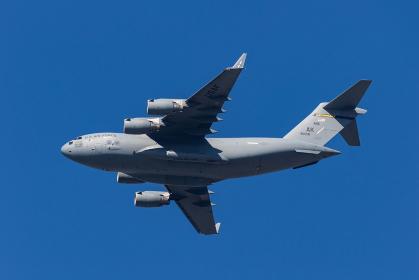 横田基地を飛行するC-17Aグローブマスター大型輸送機(福生市/東京)