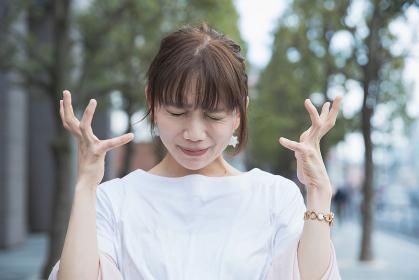 ショックを受けて悲しい表情をする女性