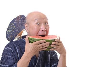 スイカを食べる日本人シニア