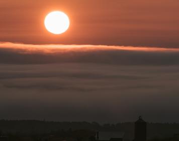 雲海を突き抜ける朝日
