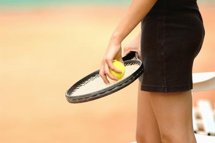 テニスボールを持つ手元