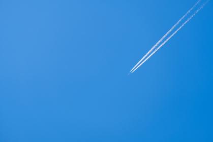 飛行機雲 青空 空 春の空 背景 背景素材 3月 コピースペース