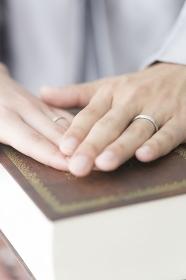 聖書に誓う新郎新婦