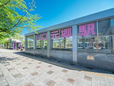 新緑の街路樹と快晴の川口元郷駅前の風景 5月