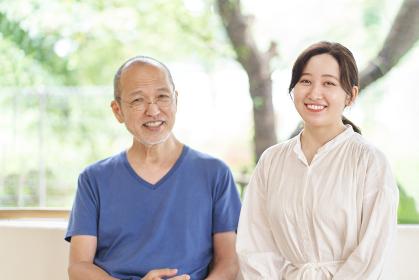 笑顔で座るアジア人の親子