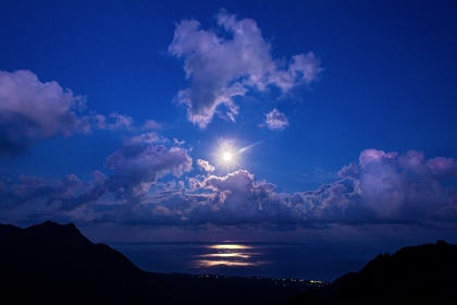 鹿児島県・屋久島 海から昇る満月の風景