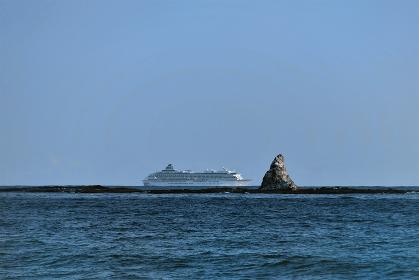 乗り物 船 烏帽子岩沖を航行する飛鳥Ⅱ