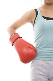 ボクシンググローブをはめた女性
