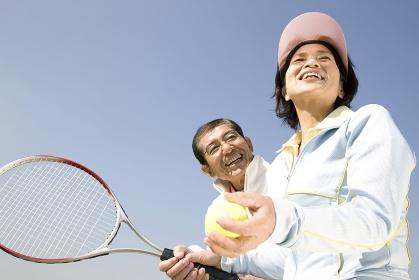 テニスをしている夫婦