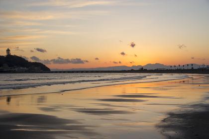 海面に写る江の島片瀬海岸の夕暮れ
