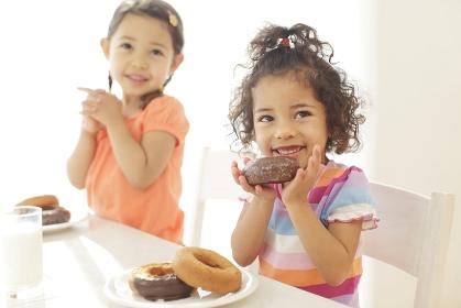 ドーナツを食べる子供達