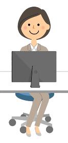 PCを操作するスーツの女性