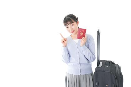 海外旅行に出かける若い女性