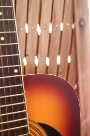 おしゃれな木に立てかけたアコースティックギター