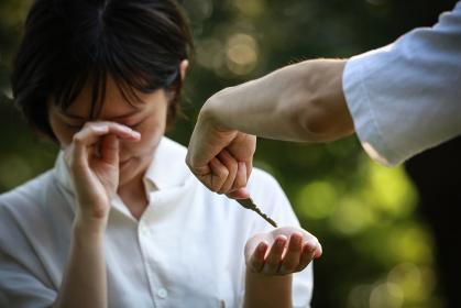 泣きながら鍵を受け取る女性