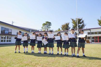 卒園証書を持つ幼稚園児達