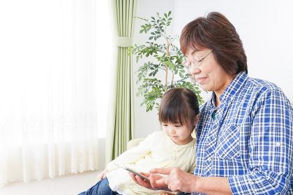 おばあちゃんと遊ぶ子供