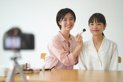 動画配信で化粧の仕方を紹介する女性