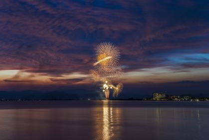 花火大会。夏のイメージ。夕焼け背景。