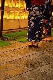 靖国神社 みたま祭り 浴衣の女性