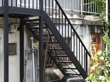 廃墟のアパートと鉄骨の階段