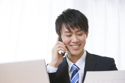電話をかける男性ビジネスマン