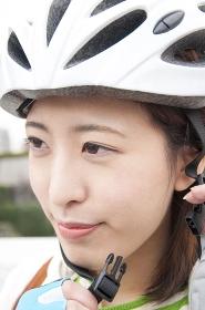 サイクリングヘルメットを被る女性