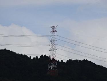 山の送電線鉄塔