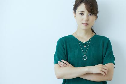 腕を組む日本人女性
