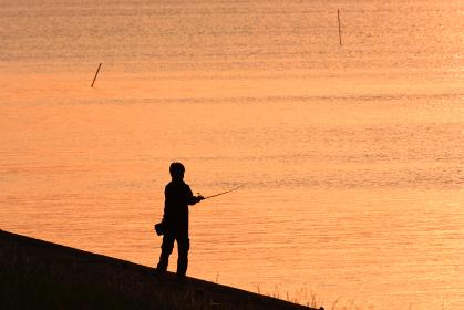 霞ヶ浦の湖畔の釣り人